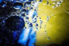 美好的抽象五颜六色的背景,水表面上的油 免版税库存图片