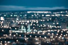 美好的抽象蓝色圆bokeh背景,城市点燃w 库存照片