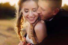 美好的新娘和新郎日落 库存图片