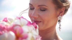 美好的新娘微笑和看如此感觉幸福在婚礼之日 影视素材