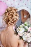 美好的新娘方式发型婚礼 发型后面视图 免版税库存照片