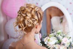 美好的新娘方式发型婚礼 发型后面视图 库存照片