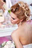 美好的新娘方式发型婚礼 发型后面视图 免版税库存图片