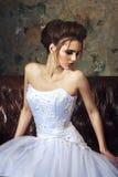美好的新娘方式发型婚礼 有吸引力的年轻人 免版税库存图片