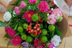 美好的新娘的婚礼五颜六色的花束 色的花秀丽  特写镜头束小花 新娘辅助部件 女性12月 图库摄影