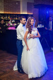 美好的新婚佳偶夫妇首先跳舞在婚礼 图库摄影