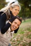 美好的新微笑的夫妇秋天纵向  库存照片