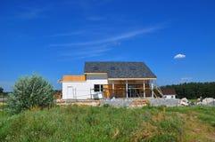 美好的新的舒适房屋建设建筑外部 有屋顶窗的,天窗,透气,天沟,排水设备, Plaste舒适房子 库存照片