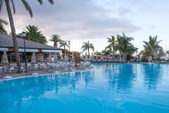 美好的旅馆游泳池befor日出 库存图片
