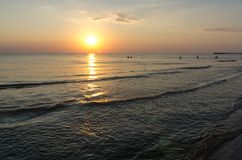 美好的日出和日落与云彩在天际蛤蜊蓝色海背景在早晨和晚上 与金黄的风景海景 图库摄影