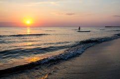 美好的日出和日落与云彩在天际蛤蜊蓝色海背景在早晨和晚上 与金黄的风景海景 库存照片