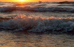 美好的日出和波浪在海,日落在波罗的海 免版税库存图片