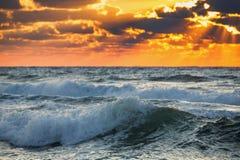 美好的日出和风景cloudscape在海浪 免版税库存图片