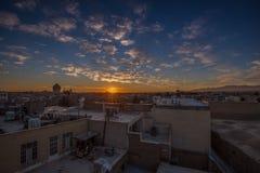 美好的日出在伊朗射击了采取从俯视市喀山的Sayyah旅馆屋顶 免版税库存照片