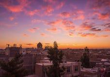 美好的日出在伊朗射击了采取从俯视市喀山的Sayyah旅馆屋顶 免版税库存图片