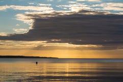 美好的日出在安静的海的夏天 图库摄影