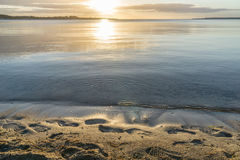 美好的日出在安静的海的夏天 库存图片