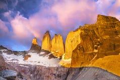 美好的日出在托里斯del潘恩国家公园,巴塔哥尼亚, 库存图片