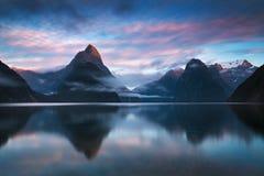 美好的日出在Milford Sound,新西兰 主教峰顶是米尔福德峡湾偶象地标在峡湾国家公园 库存照片
