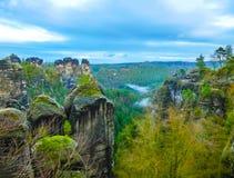 美好的日出或日落与五颜六色的天空在国家公园撒克逊人瑞士 免版税库存照片