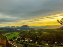 美好的日出或日落与五颜六色的天空在国家公园撒克逊人瑞士 库存图片