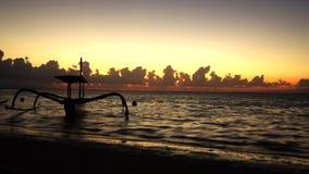 美好的日出时间间隔在海滩的 股票视频
