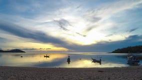 美好的日出时间间隔在热带海岛海滩的与小船 1920x1080 影视素材