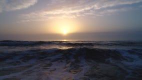 美好的日出鸟瞰图在海的 股票录像
