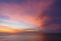 美好的日出,在镇静海洋的日落天空 免版税库存图片