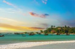 美好的日出,热带海滩,绿松石海洋水 库存图片