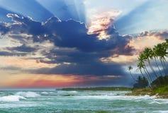 美好的日出,热带海滩,绿松石海洋水 免版税库存图片