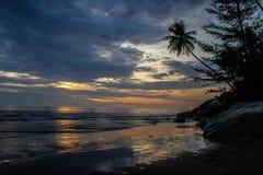 美好的日落和五颜六色的云彩在印度洋 免版税库存图片