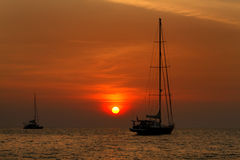美好的日落和地方渔船在海Lipe海岛的,安达曼海, Satun,泰国 免版税库存图片