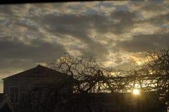 美好的日落和城市,镇橙色云彩, 免版税库存照片