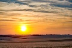 美好的日落和天空在领域作为背景,五颜六色的云彩 图库摄影
