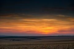 美好的日落和天空在领域作为背景,五颜六色的云彩 免版税库存照片