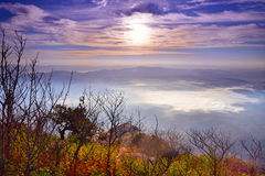 美好的日落和天空峭壁视图与薄雾海  免版税图库摄影