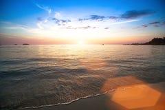美好的日落和海海滩在泰国 自然 免版税库存图片