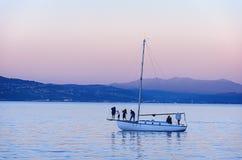美好的日落和游艇在海洋 免版税库存照片