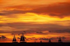 美好的日落和船在海洋 库存图片