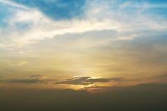 美好的日落和蓝天盖子背景的 免版税图库摄影