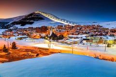 美好的日落和滑雪胜地在法国阿尔卑斯,欧洲 免版税库存图片