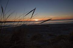 美好的日落在海边 免版税图库摄影