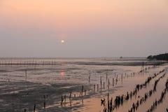 美好的日落在轰隆Pu海边在Samut Prakarn,泰国 免版税库存图片
