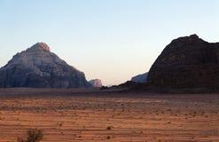 美好的日落在10月在沙漠 免版税库存照片