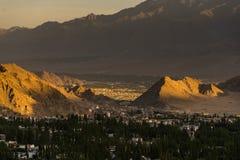 美好的日落在leh城市,从shanti stupa的看法 免版税库存照片