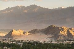 美好的日落在leh城市,从shanti stupa的看法 免版税库存图片