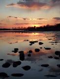 美好的日落在Sundow熔铸了在一个镇静湖的ing反射 免版税库存照片