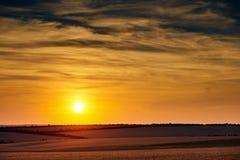 美好的日落在whetaen领域,与云彩的五颜六色的天空 免版税库存照片