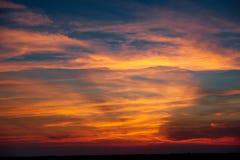美好的日落在whetaen领域,与云彩的五颜六色的天空 库存图片